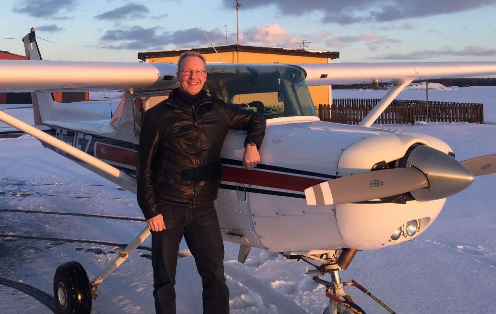 Ilkka Dunder flög EK provet fredagen den 24 februari med godkänt resultat. På marken övervakade flyglärare Robert Fasth.