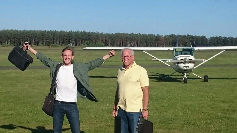 Harald Petersson (tv) klarade uppflygningen i dag 2017-06-13. Inspektör Ulf Hansson (th). Bakom kameran Flyglärare Tommy Mårtensson. Stort Grattis från hela EFK / Styrelsen