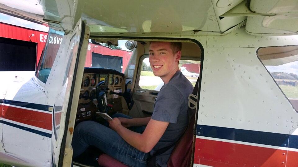 Axel Hansson klarade EK flygprovet 5 Juli. på marken övervakade Flyglärare Tommy Mårtensson
